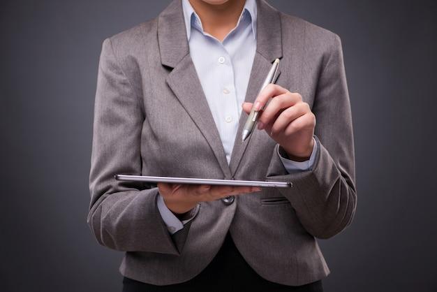 実業家のビジネスコンセプトでタブレットコンピューターに取り組んで