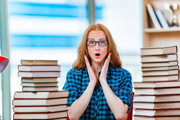 試験の準備をする若い女子学生