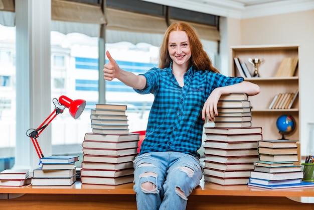 Молодая студентка готовится к экзаменам