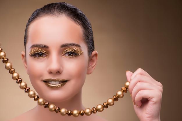 ファッションのコンセプトでジュエリーを持つエレガントな女性