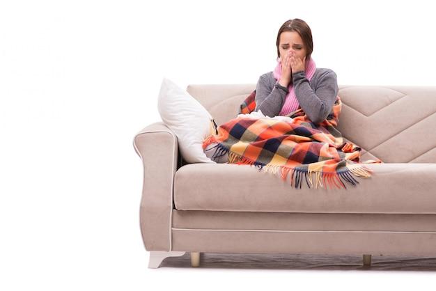 病気の女性がソファーに横になっています。