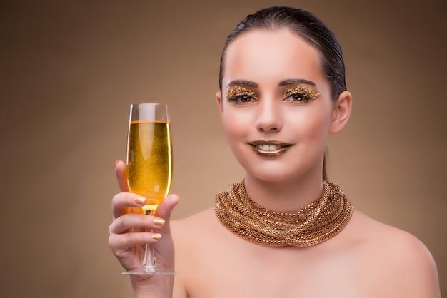 Молодая женщина с бокалом шампанского