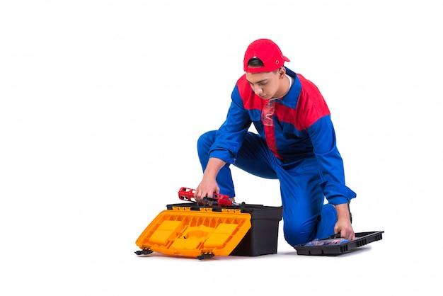 Молодой ремонтник с силиконовым пистолетом, изолированный на белом