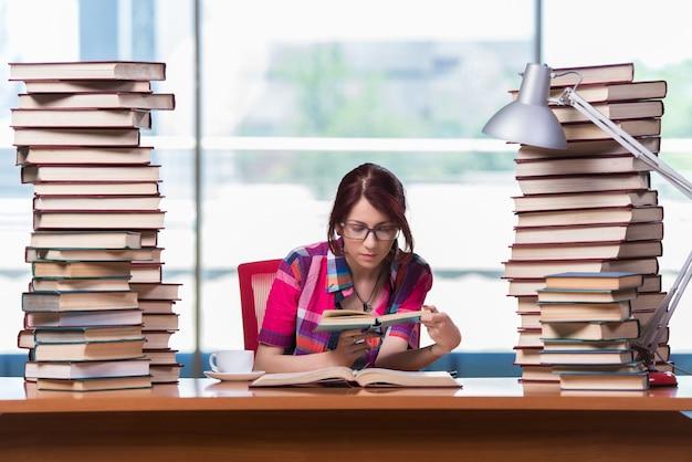 Молодая женщина студент готовится к экзаменам в колледж