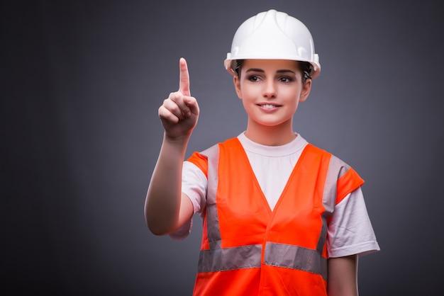 かわいい建設労働者仮想ボタンを押すこと