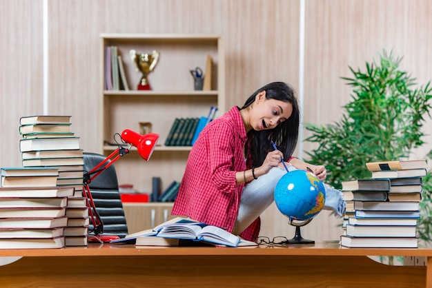 女子短大生の大学院試験の準備
