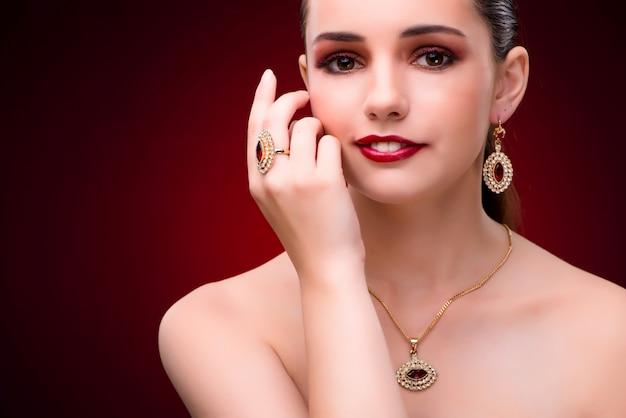 Женщина в гламурной концепции с ювелирными изделиями
