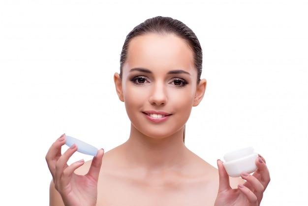 Молодая женщина с кремом на белом
