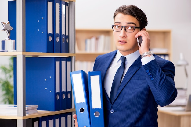 携帯電話で話すハンサムな実業家