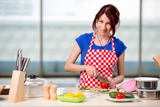 Молодой повар работает на кухне