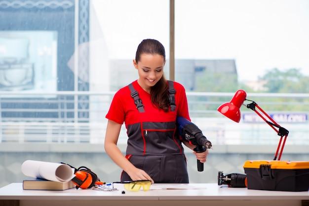 カバーオールの修理を行うことで若い女性