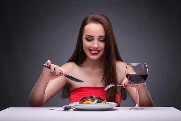 ワインと一人で食べて美しい女性