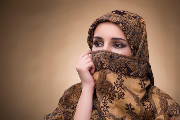 伝統的なイスラム教徒の服の若い女性