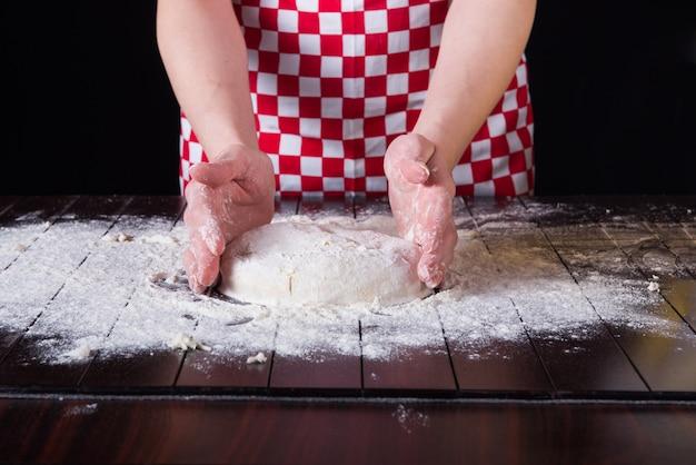 台所で焼くための調理準備生地