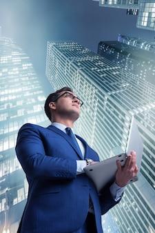 Бизнесмен против зданий в бизнес-концепции
