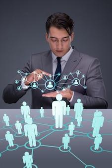 Бизнесмен в концепции социальных сетей