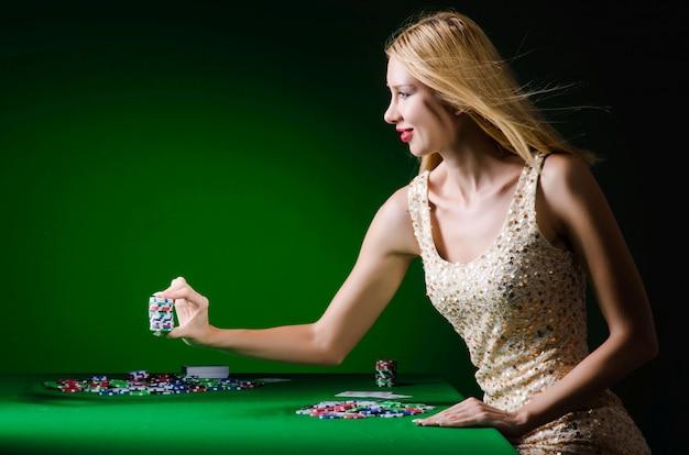 カジノギャンブルの概念の若い女性