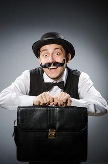 Забавный человек в винтажной концепции