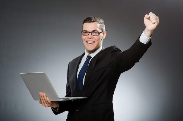 Человек с ноутбуком в бизнес-концепции