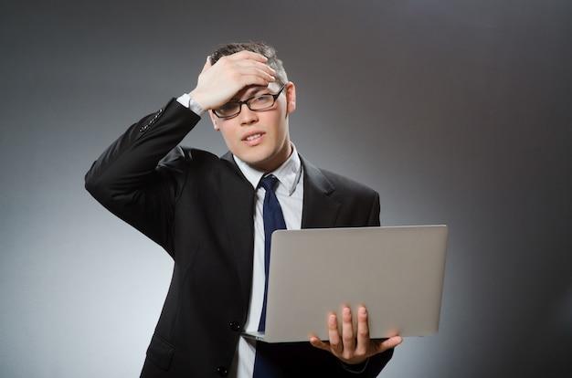 ビジネスコンセプトのラップトップを持つ男