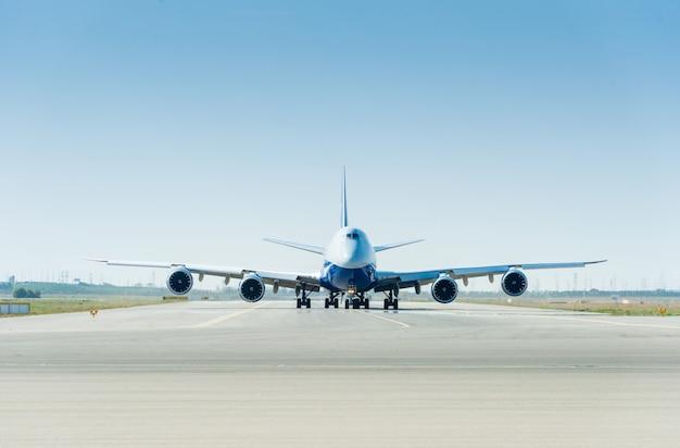 滑走路に大きな飛行機が離陸の準備ができて