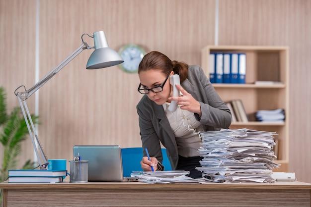 オフィスで働く女性実業家