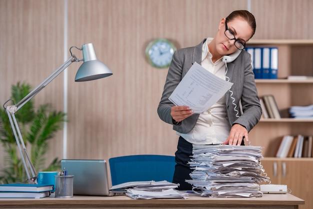 Предприниматель работает в офисе