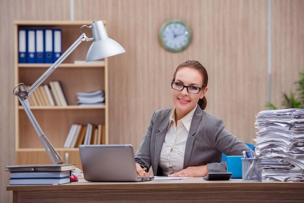 Занятая стрессовая женщина-секретарь под стрессом в офисе