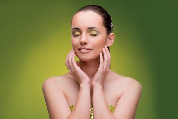 Красивая женщина на зеленом фоне
