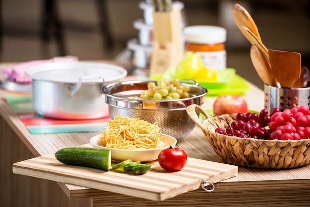 多くの調理器具付きのキッチン配置