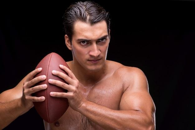 Разорванный мускулистый мужчина с американским футболом