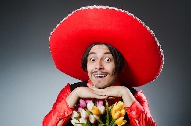 Человек в шляпе сомбреро в смешной концепции