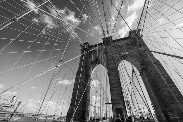明るい夏の日にニューヨークのブルックリン橋