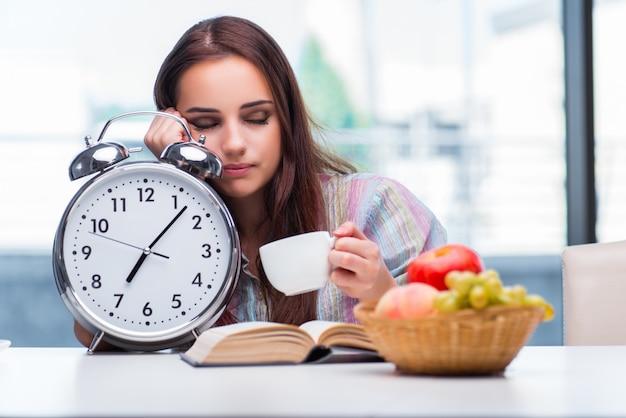 Молодая девушка завтракает утром