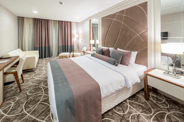 大きなベッド付きのモダンなホテルの部屋