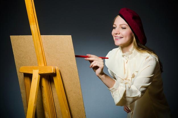 Весёлый художник работает в студии