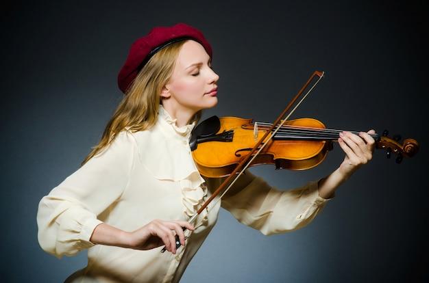 音楽のコンセプトの女性バイオリン奏者