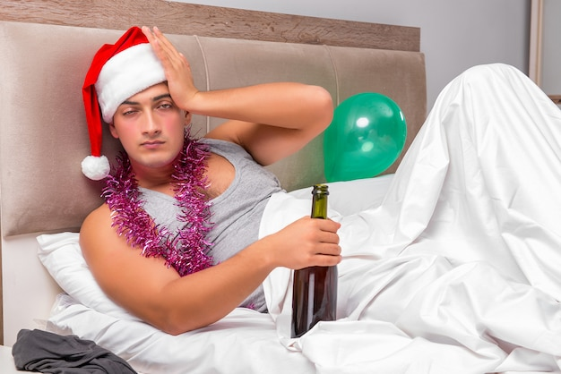 ヘビーパーティー後二日酔いを持つ若い男