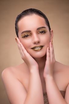 エレガントな化粧品を持つ若い女