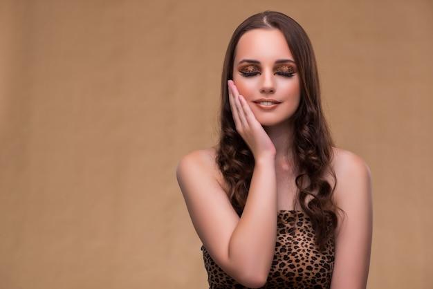 Молодая красивая женщина в моде концепции