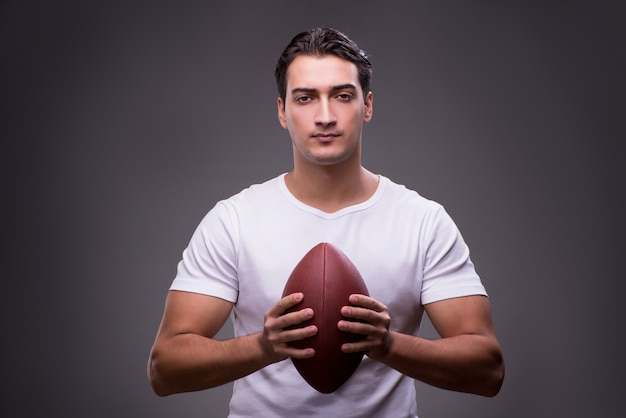 Человек с американским футболом в концепции спорта