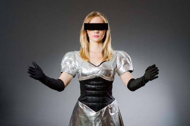 未来的なコンセプトのハイテク女性