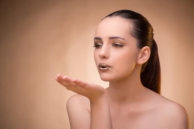 Женщина с красивым макияжем в концепции красоты