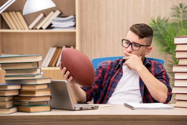 野球をすることを勉強することを好む若い学生