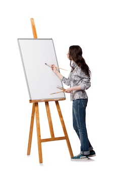 女性アーティストが白い背景で隔離の絵を描く