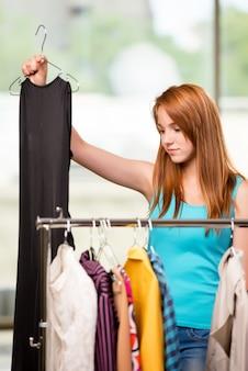女性の店で服を選ぶ