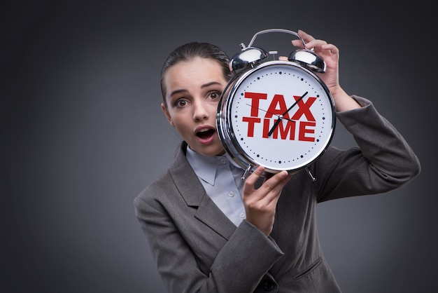 遅い税金支払いコンセプトのビジネスマン