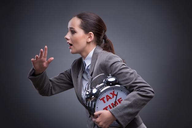 Бизнесмен в конце концепции оплаты налогов