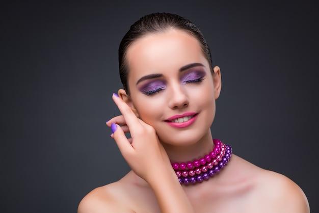 真珠のネックレスを持つ素敵な女性