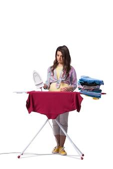 Женщина гладит одежду, изолированная на белом